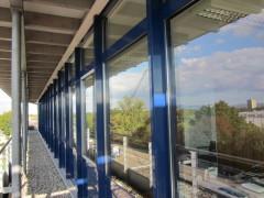 Bild: blaue Fensterfront